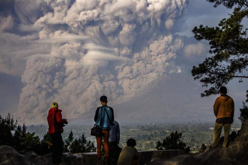 ابر خاکستری در اندونزی در پی فوران آتشفشان