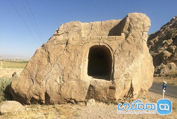 تبدیل شدن گور دخمه ای تاریخی به مکانی برای یادگاری نویسی