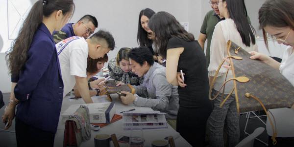 ثروتمندهای چینی، هزاران دلار برای حضور در کورس های آنلاین شناسایی کالاهای لوکس از فیک، هزینه می نمایند!